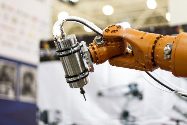 reka robota automatyka przemysłowa